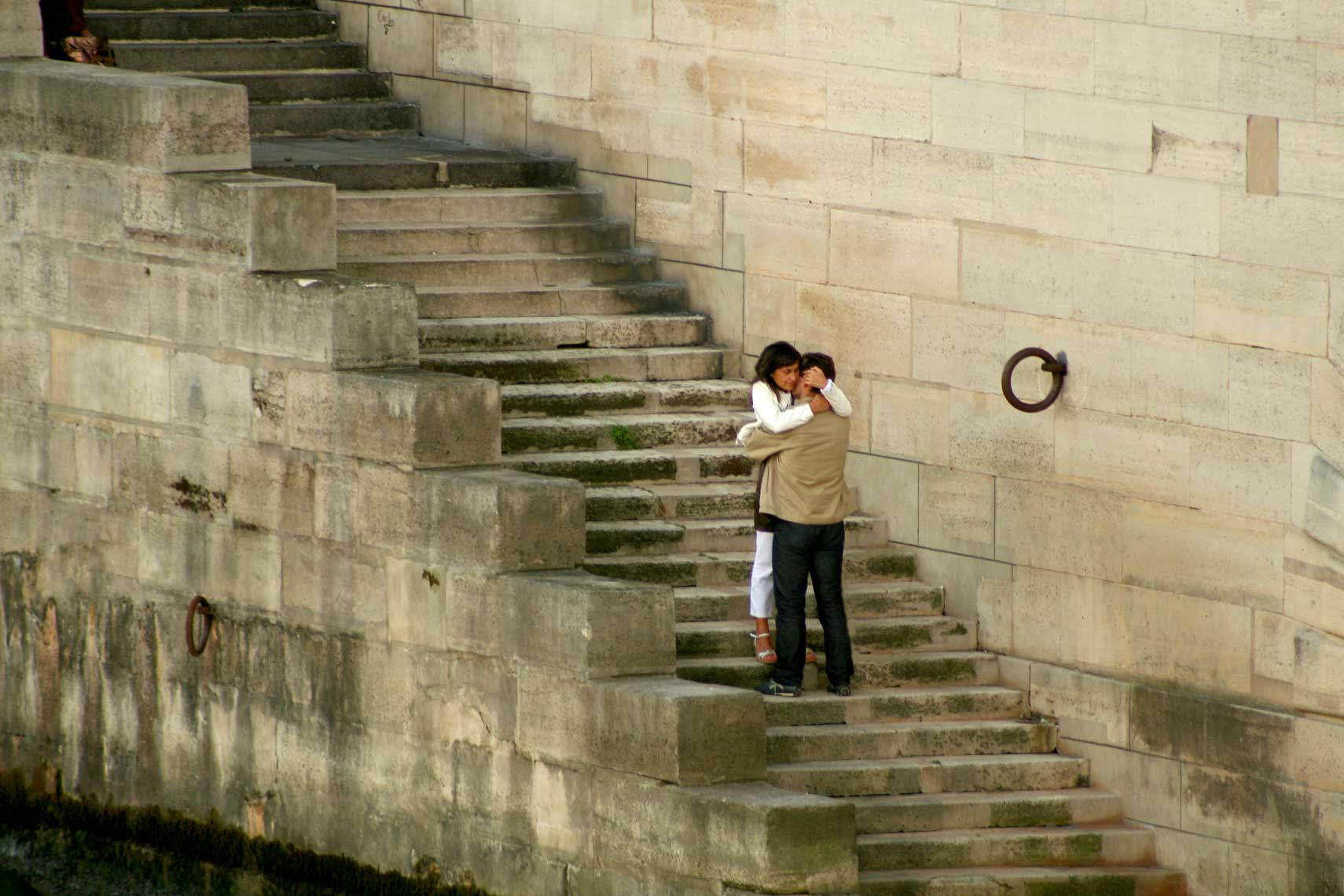 French-lovers-embracing-by-the-Seine