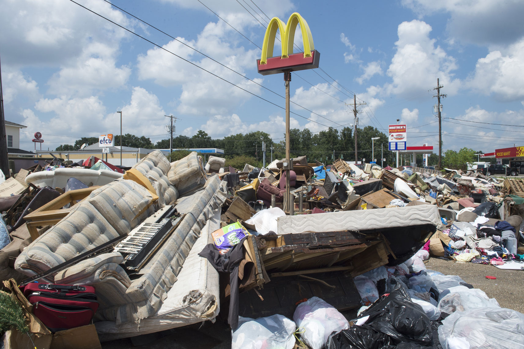 baton-rouge-flood-debris