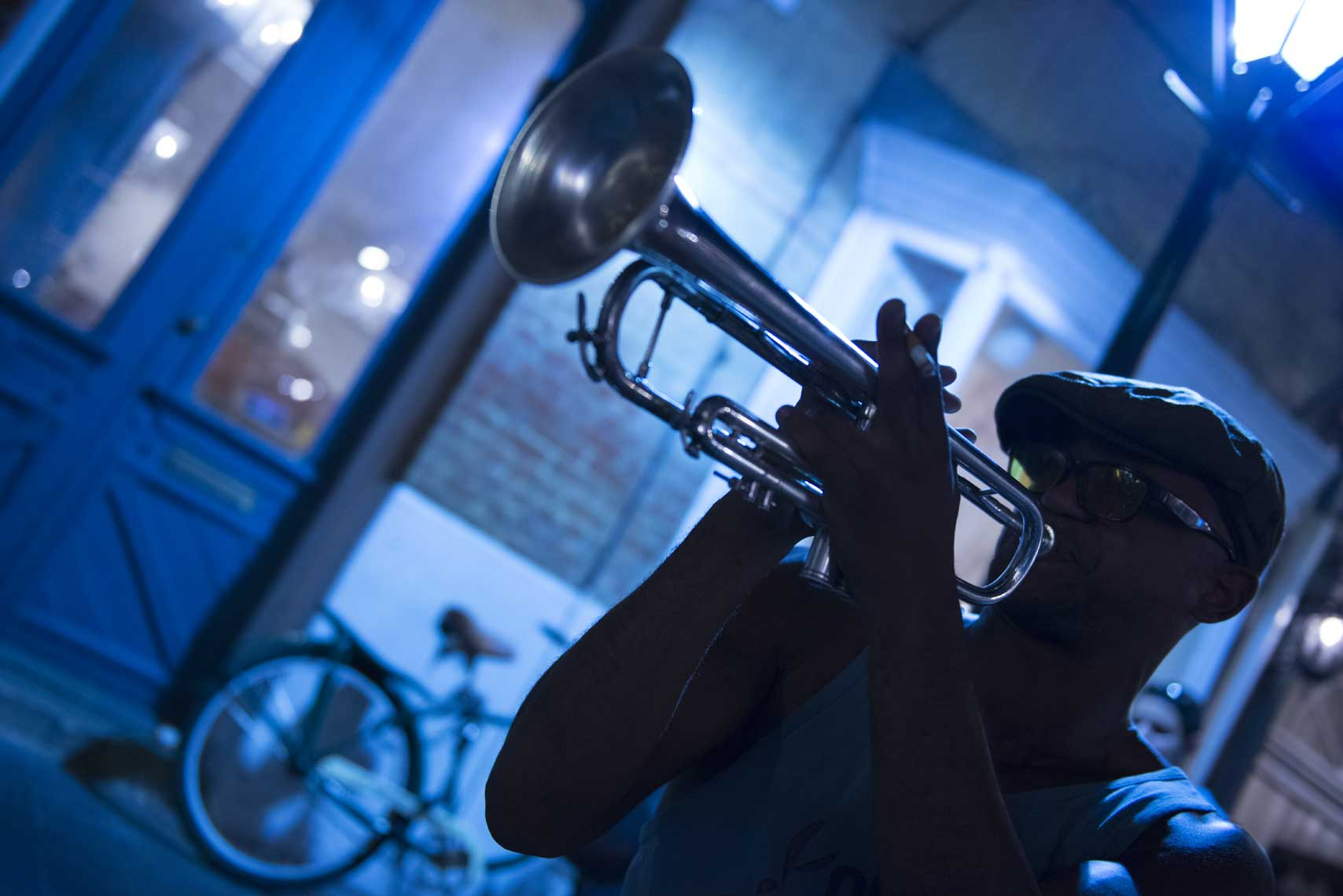 man-playing-the-trumpet-at-night-in-the-french-quarter
