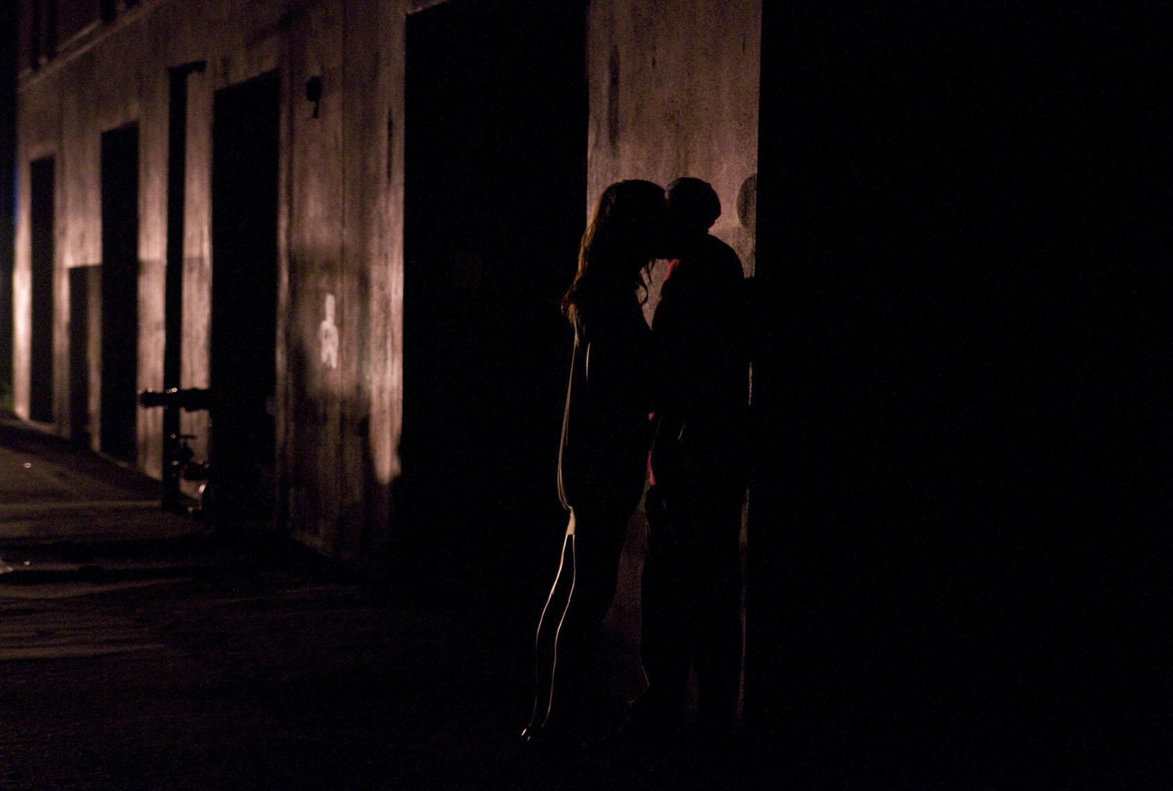 savannah-blackout-lovers-kissing-against-a-wall